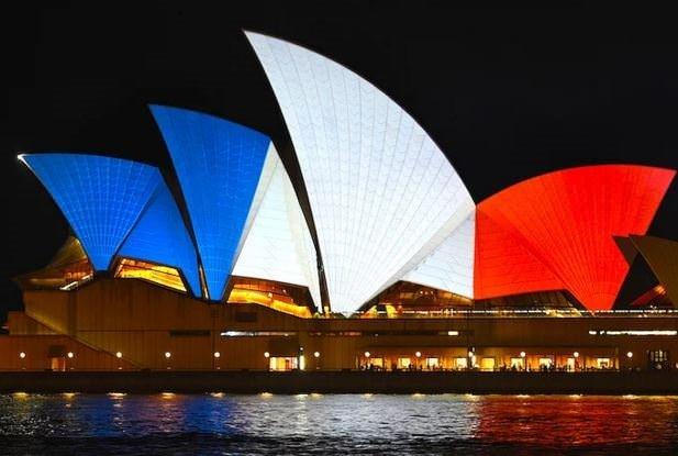 Hepsi Fransız Bayrağı renklerine büründü!