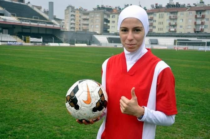 Türkiye'nin ilk başörtülü futbolcusu sahada