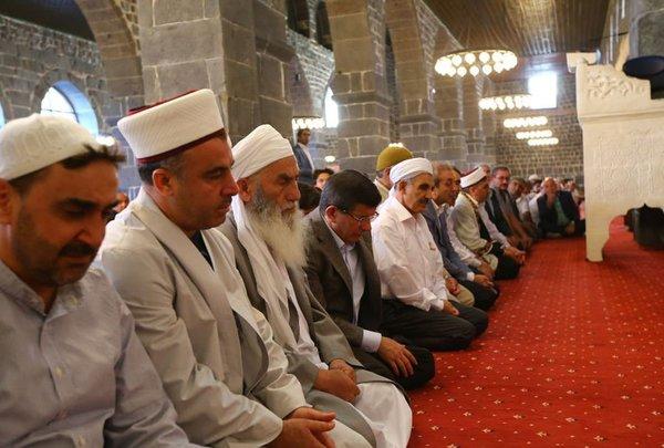Davutoğlu bayram namazını Diyarbakır'da kıldı