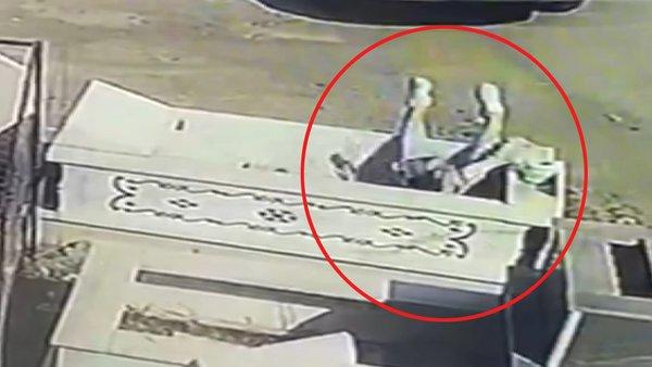 Samsun'da telefonla konuşan kadının bir anda kendisini mezarın içinde bulduğu şoke eden anlar kamerada | Video