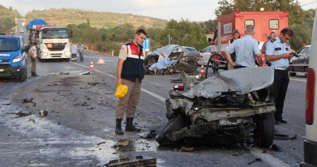 Yolcu minibüsüyle otomobil çarpıştı: 1 ölü, 14 yaralı