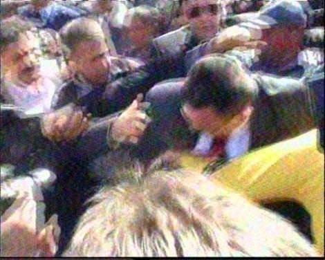 Enerji Bakanı Taner Yıldız'a  yumruklu saldırı