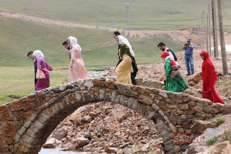 Yayladaki tarihi köprüde defile