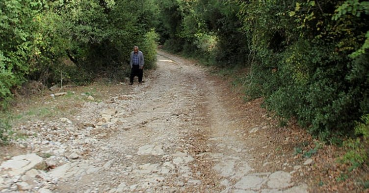 Kozan Belediyesi ekipleri yol yapıyor