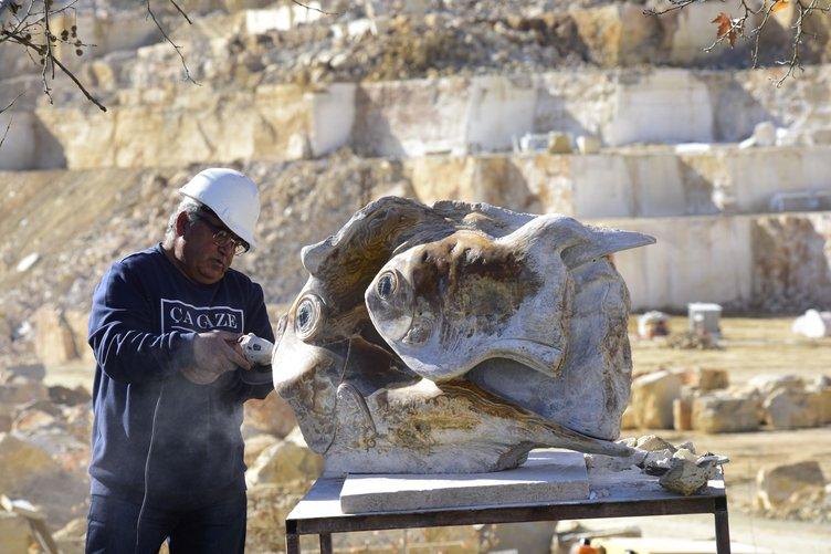 Suriyeli heykeltıraş sanatını mermer ocağında yaşatıyor
