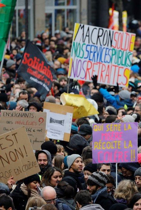 Paris'te polisten göstericilere sis bombasıyla müdahale