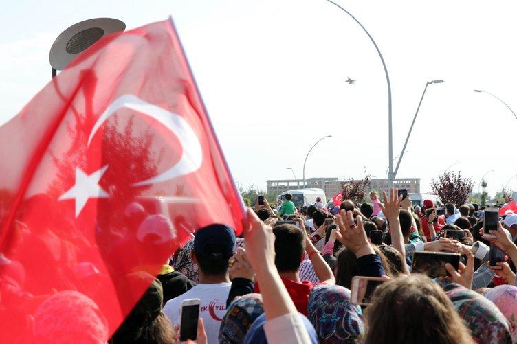 Türk Yıldızları ve SOLOTÜRK'ten nefes kesen gösteri!