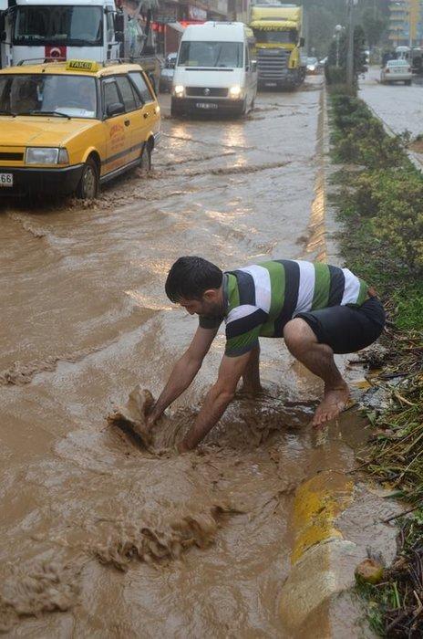 Beşikdüzü aşırı yağmura teslim oldu