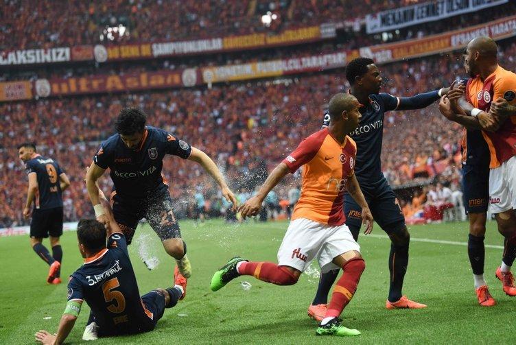 Son dakika haberi: Galatasaray - Medipol Başakşehir maçında saha karıştı