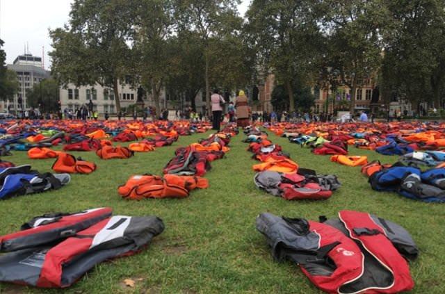İngiliz Parlamentosu önünde can yelekli protesto