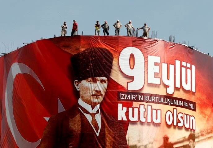 İzmir'de, kol kola kurtuluş coşkusu
