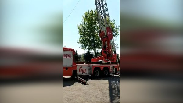 İstanbul'da 1 itfaiye erinin vefat ettiği 1'inin yaralandığı kaza yerinden ilk görüntüler   Video