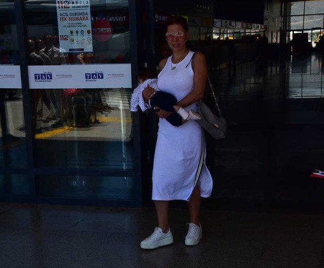 Ebru Yaşar'ın bebeğini taşıma şekli olay oldu!