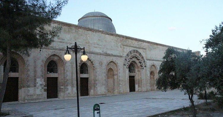 Koronavirüs sebebiyle bayramda boş kalan camilerin minarelerinden tekbirler yükseldi