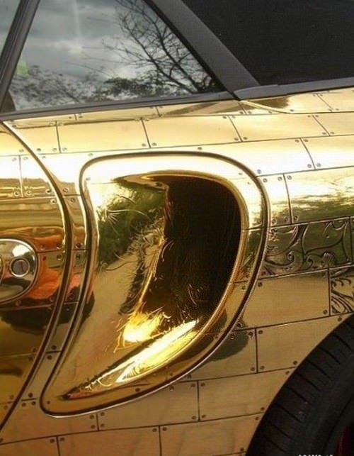 Altın kaplanmış otomobiller