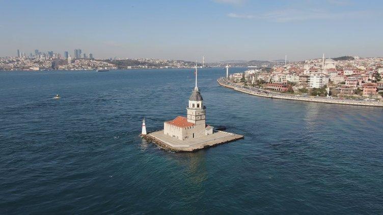 İstanbul Boğazı'nı istila ettiler! Su altından ve havadan görüntülendiler!