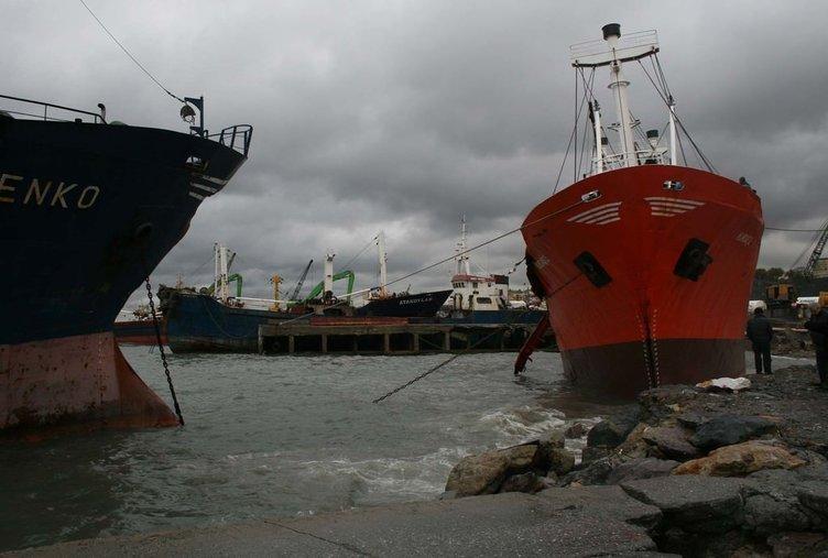 İstanbul'da 5 gemi karaya sürüklendi