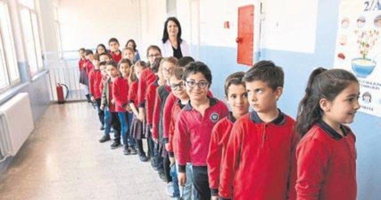 Öğrencıler okulda anne çorbası ıçıyor