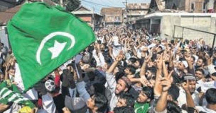 Keşmir'de Hint askerleri eşliğinde bayram namazı