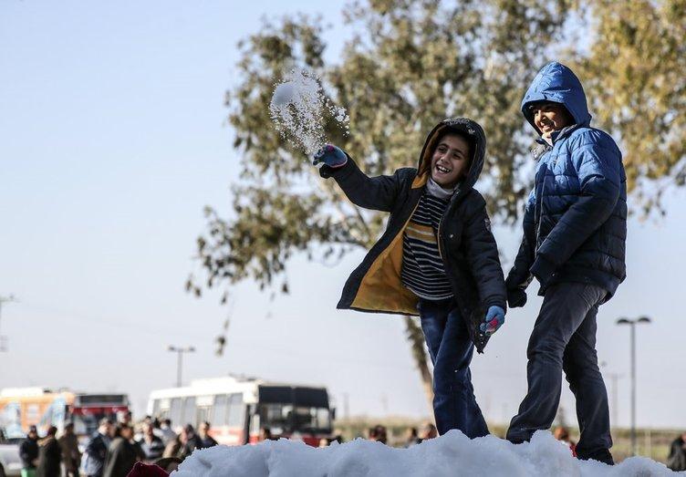 Engelli öğrenciler için kamyonla kar taşındı