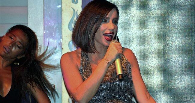 Şarkıcı Gülşen tüylü terlik modasına uydu