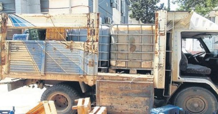 Kamyon kasasındaki tankerden kaçak akaryakıt çıktı