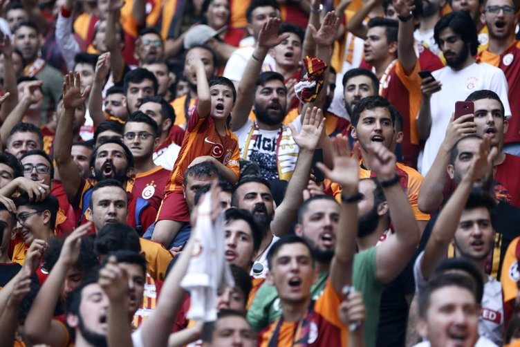 Galatasaray'da Radamel Falcao coşkusu! İşte imza töreninden kareler