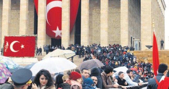 Yağmura aldırmadan Atatürk'e koştular