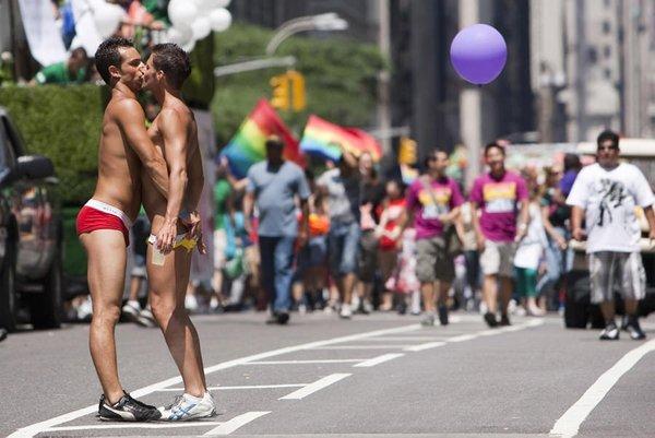 Eşcinseller sokaklara döküldü