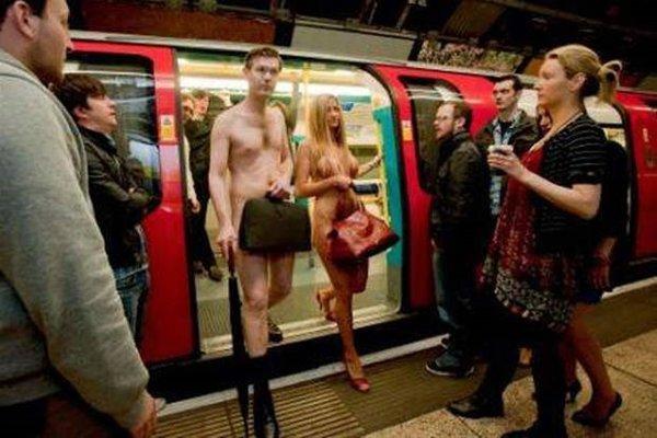 Голая девушка парню в метро