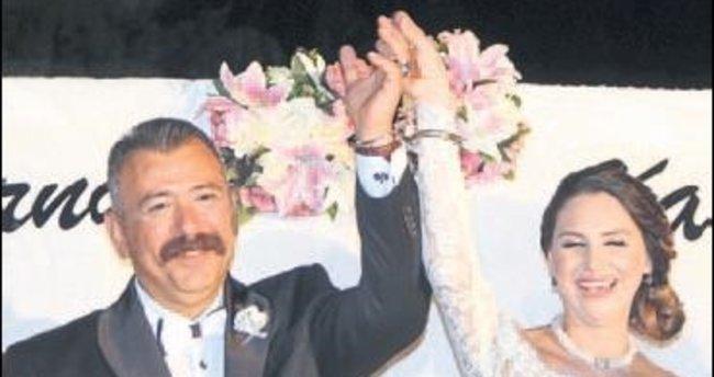 Savcıya nikahında 'kelepçe' taktılar