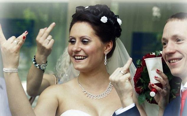 Düğün fotoğrafı komediye döndü