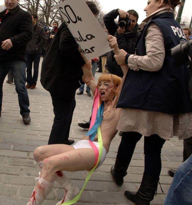 Femen kızlarından İstanbul'da çıplak protesto