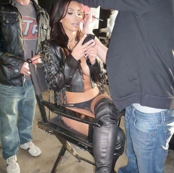 Kim Kardashian'dan cesur kıyafet