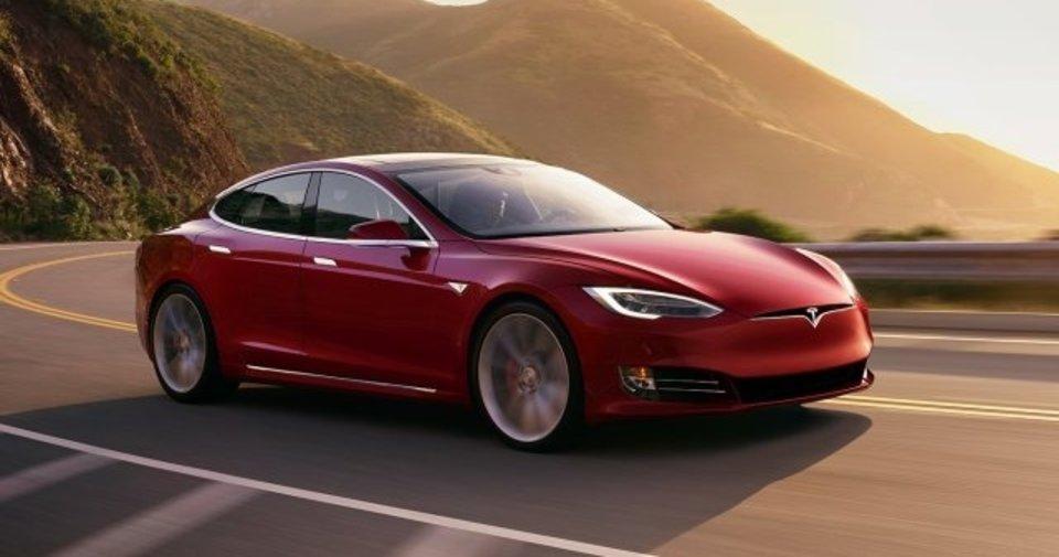 Tesla araç dolunayı trafik ışığıyla karıştırdı! Otonom sürüş sistemi hakkındaki ilginç iddia