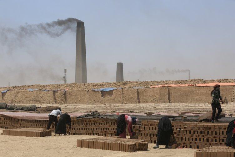 Irak'ın zorlu yaşamını omuzlayan kadın kerpiç işçileri