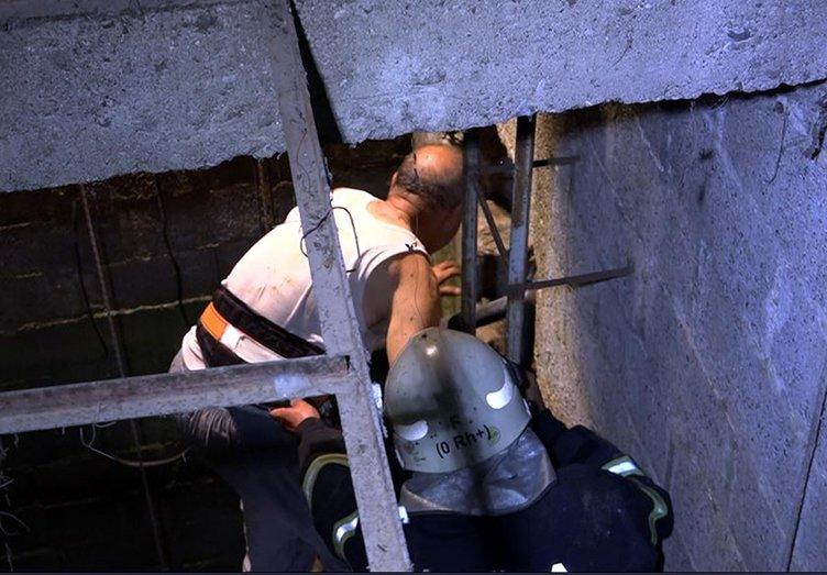 Kuyuda mahsur kalan kişiyi itfaiye çıkardı