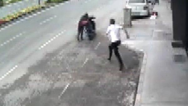 İzmir'de motosiklet çalarken yakalanan hırsıza feci dayak güvenlik kamerasında | Video