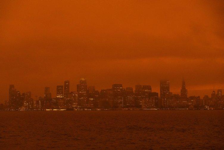 California'daki yangınlar nedeniyle San Francisco'da gökyüzü turuncuya büründü
