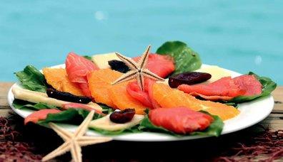 Portakallı Somon Salatası
