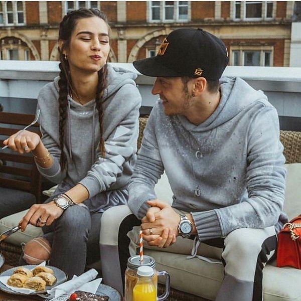 Mesut Özil ve Amine Gülşe'nin yeni yıl fotoğrafındaki ayrıntı dikkat çekti!