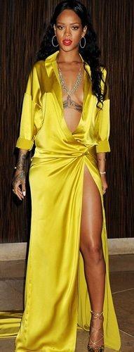 Rihanna'dan cesur kıyafet