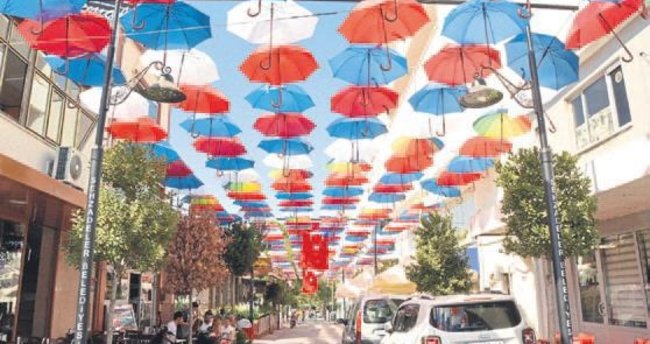 Şehzadeler'de şemsiyeli sokak