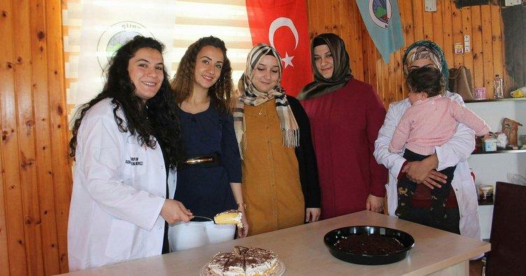 Siirtli kadınlar pasta yapmayı öğreniyor
