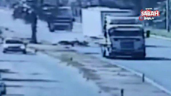 Kamyon seyir halindeki motosikletliye böyle çarptı | Video