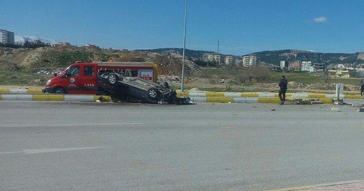 Adıyaman'da refüje çarpan otomobil takla attı: 3 yaralı