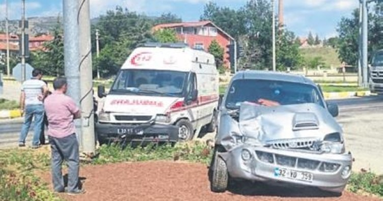 Ambulansla minibüs çarpıştı