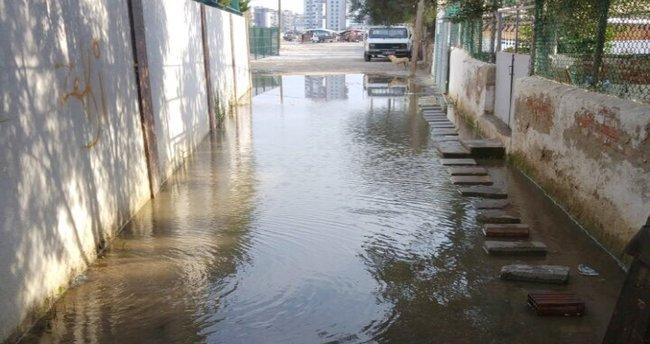 Burası İzmir: Patlayan su borusu 1 aydır tamir bekliyor !