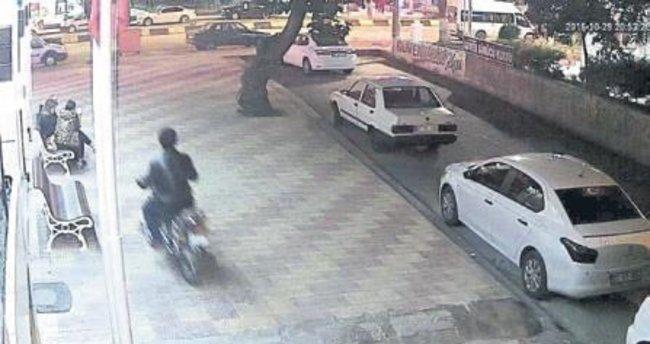 Motosikletle kapkaç kameralara takıldı