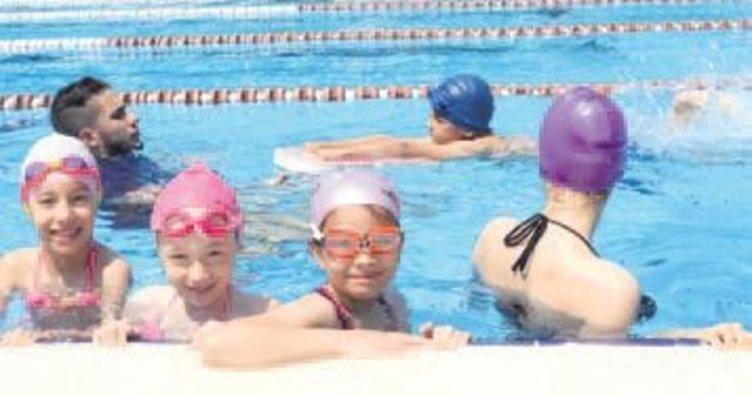 Yaz spor okullarında yüzme eğitimleri başladı